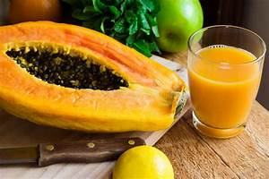 Kalk Von Glas Entfernen : frisch gepresster papayasaft im glas reife halbierte frucht auf h lzernem schneidebrett ~ Bigdaddyawards.com Haus und Dekorationen