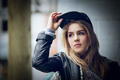 josh malneritch emily bett rickards 29 most adorable images of everyone s favorite felicity smoak