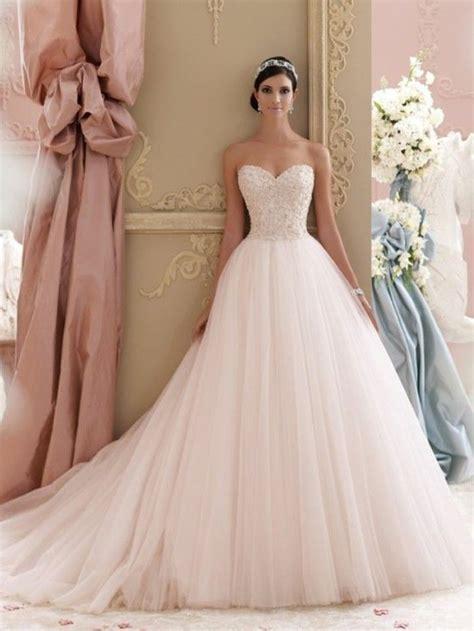 rosa brautkleid fuer einen glamouroesen hochzeits