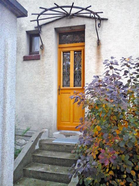 decoration des portes en fer pose d une porte d entr 233 e en bois avec grille en fer forg 233 et vitrage