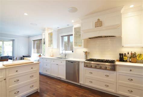 armoire de cuisine blanche rénovation cuisine et conception de mobilier sur mesure
