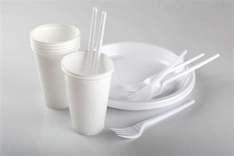 piatti e bicchieri di plastica colorati mense scolastiche stop plastica stoviglie