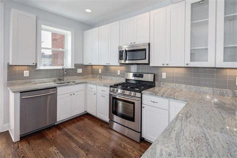 White Cabinets Countertop What Color Backsplash by White Kitchen Granite Countertop And Gray Backsplash Ideas