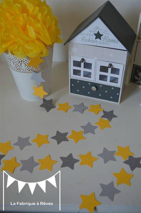 chambre bebe theme etoile guirlande étoiles cousues papier gris jaune étoile