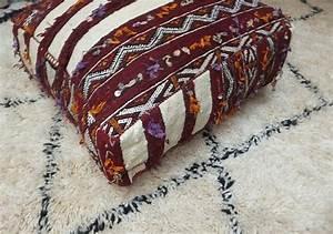 la decoration marocaine avec les poufs deco salon marocain With tapis kilim avec gros coussin canapé pas cher