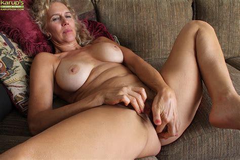 mature slut with an sweet pussy cally jo loves masturbating it