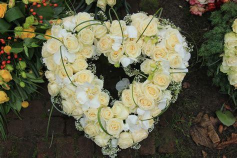grabgestecke selber machen fotos origem da coroa de flores em funerais coroas para vel 243