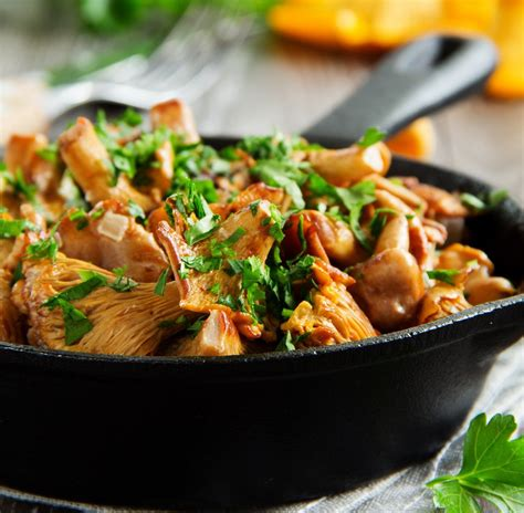 cuisine girolles recette poêlée de girolles aux foies de volailles
