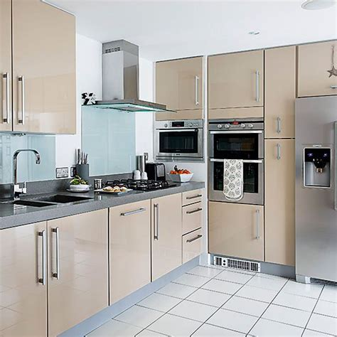 Kitchen Units Pictures by Pale Modern Kitchen Units With Glass Splashbacks And White