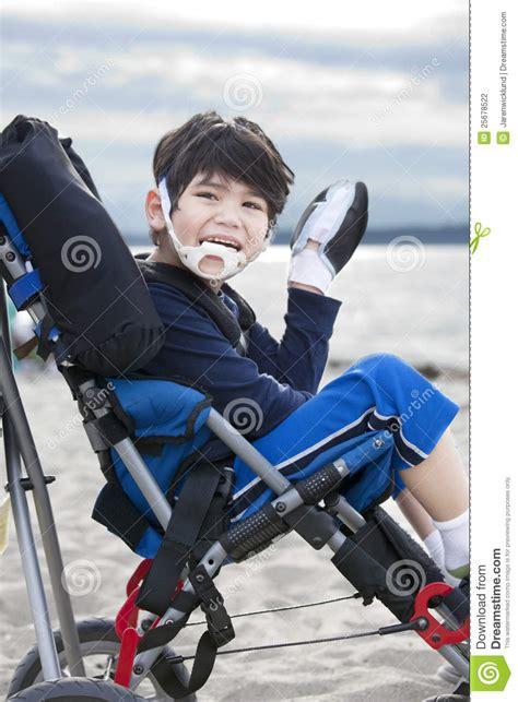 vieux gar 231 on de cinq ans handicap 233 heureux dans le fauteuil roulant photographie stock image