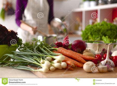 femme a la cuisine femme faisant cuire dans la cuisine nourriture saine