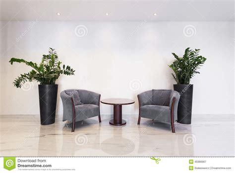 Tavolino Da Salotto Con Le Poltrone Immagine Stock