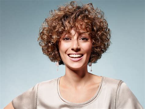 fresh short hairstyle  happy small curls    shape