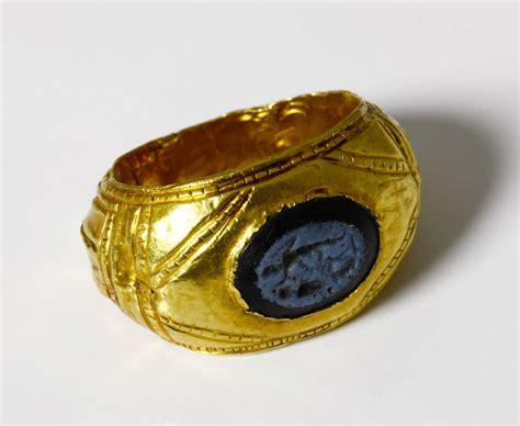 bagues anciennes antique bague romaine en or et intaille en pate de verre