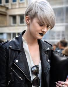 coupe courte cheveux frisã s les 25 meilleures idées de la catégorie reflets de cheveux gris sur mèches argentées