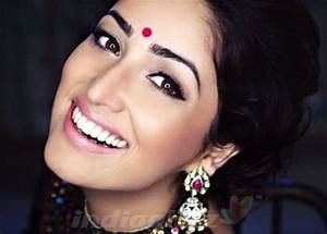 Yami Gautam Red Bindi | Indian Jewellery | Pinterest | Red