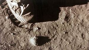First man on moon, Neil Armstrong, dies at age 82 ...