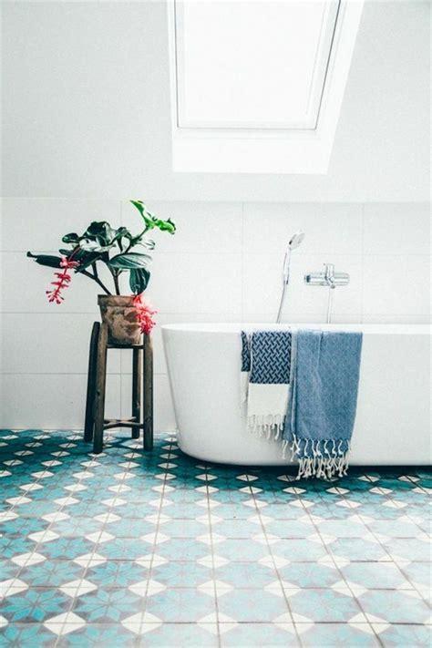Bäder Einrichten Beispiele by Sch 246 Nes Kleines Bad Einrichten Dachschr 228 Ge Badewanne In