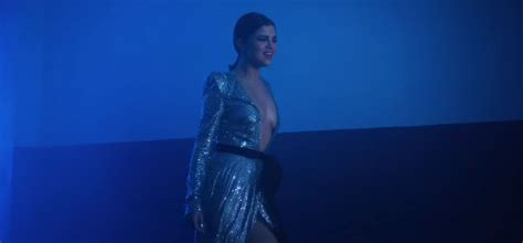 Selena Gomez Premiers Super Hot