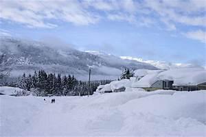 Heavy snow blankets houses as residents of Kitimat, B.C ...