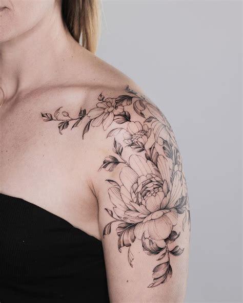 foto de Shoulder cap florals 💐☺️ Feminine shoulder tattoos