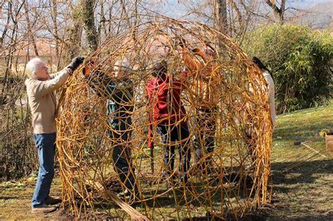 la cuisine de domi cabane en osier vivant les paysans chanteurs