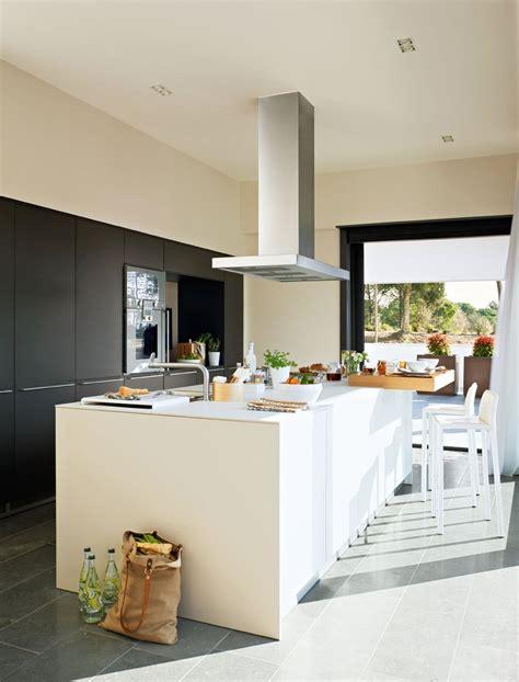 una cocina  isla luminosa  familiar