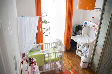 une chambre de bébé blanche orange et verte du peps et