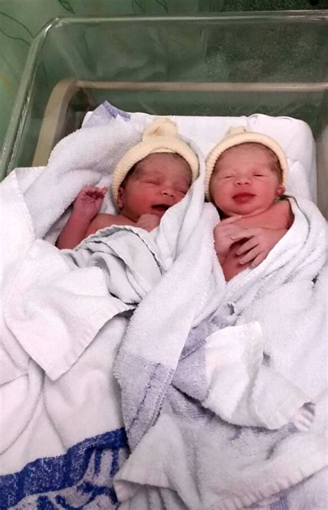 twins babies mixed skin race they birth twin right two different hudfarge ulik med couple myla swns anaya og tvillinger