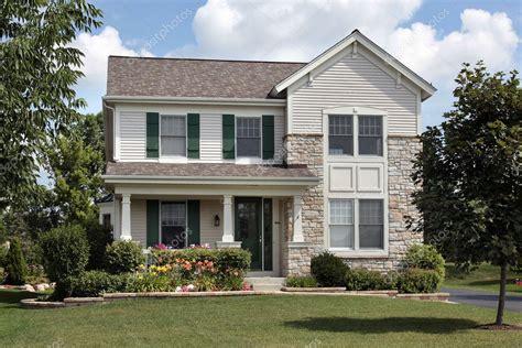 Haus Mit Grünen Fensterläden — Stockfoto © Lmphot #8656900