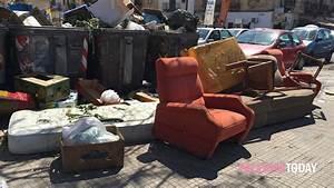 Divani, sedie e materassi in via Montepellegrino, Alesi chiede le telecamere