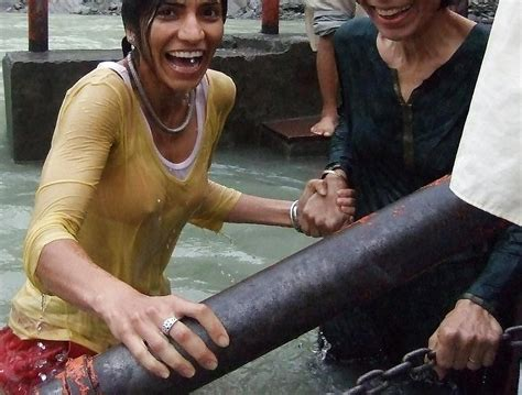 Indian Girls Bathing At River Ganga 15 Pics Xhamster
