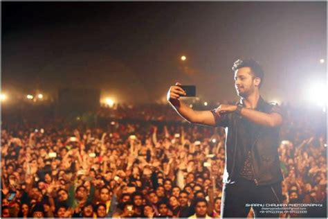 crazy selfies  pakistani celebs