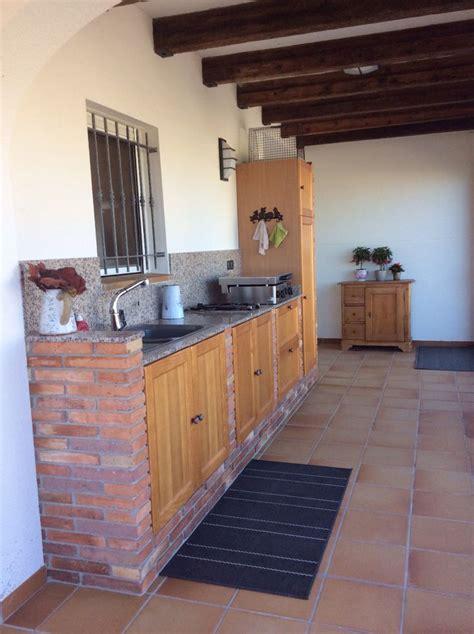 cuisine exterieure en cuisine extérieure en brique portes en bois à el