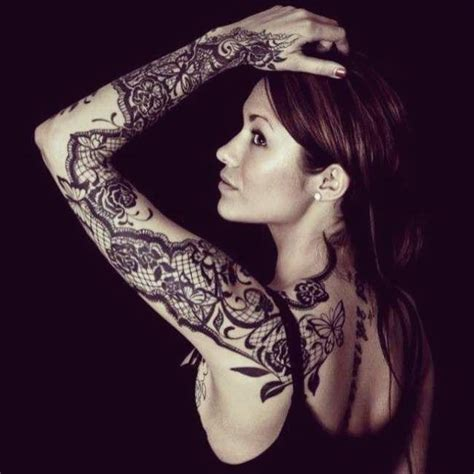 tatouage de femme tatouage dentelle noir et gris sur bras tatoo tatouage dentelle