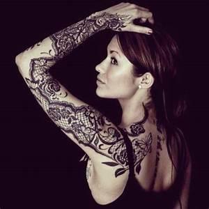 Tatouage Avant Bras Femme : tatouage de femme tatouage dentelle noir et gris sur bras ~ Melissatoandfro.com Idées de Décoration