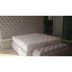 sur le canapé tête de lit capitonnée à l 39 anglaise personnalisable