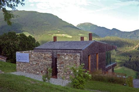 sofá em santo andré casa de pedra e madeira nas montanhas italianas tem