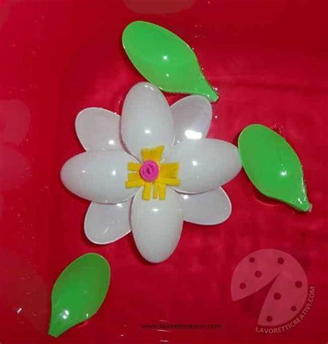 fiori con i bicchieri di plastica lavoretti creativi fiore con cucchiai di plastica