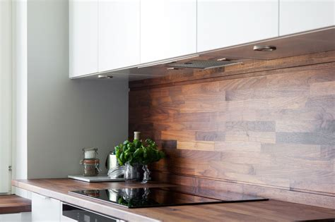 cocina blanca  revestimiento de madera oscura blog