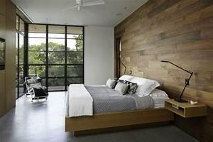 lambris mural en bois dans la chambre en 27 bonnes idees With chambre avec lambris bois