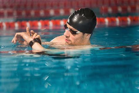fitbit swimming inspire hr waterproof swimmer water nadador mirando freepik masculino checking reloj male gratis his models latest pool reviewer