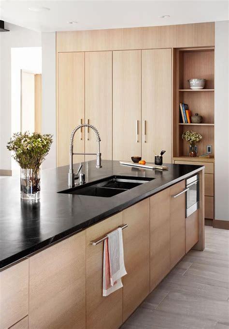 cuisine moderne bois clair 1001 idées cuisine noir mat et bois élégance et sobriété