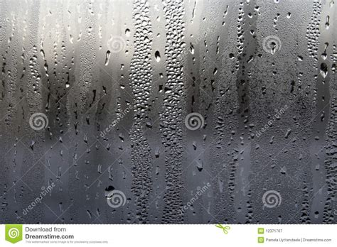 Wasser Kondensiert Am Fenster by Kondensation Auf Einem Fenster Stockbild Bild Regen