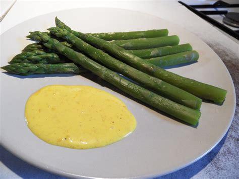 cuisiner les asperges vertes fraiches recette asperges vertes sauce mousseline asperges