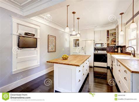 cuisine de l internaute cuisine blanche avec l 39 île de plan de travail et la tv en