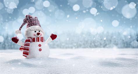 photo libre de droit de joyeux bonhomme de neige en hiver