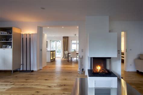im erdgeschoss ist eine gro 223 e offene wohnwelt mit k 252 che ess und wohnzimmer entstanden