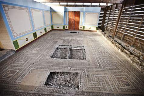 dieven beitelen romeins mozaiek  spanje kapot