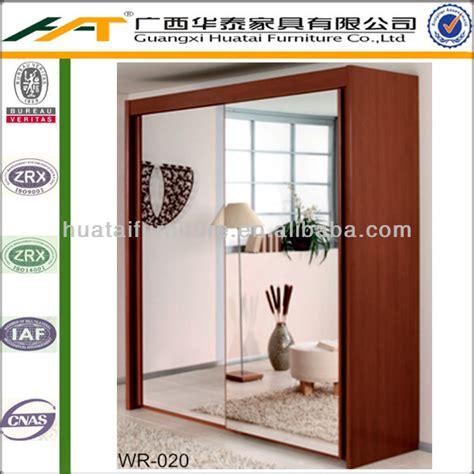 غرفة نوم مع خزانة  2 2 الأبواب أبواب منزلقة مع المرايا